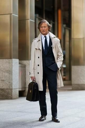 Comment porter: trench beige, costume noir, chemise de ville blanche, chaussures richelieu en cuir marron foncé