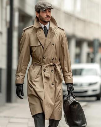 Comment porter un trench marron clair: Pense à harmoniser un trench marron clair avec un costume en laine gris foncé pour une silhouette classique et raffinée.