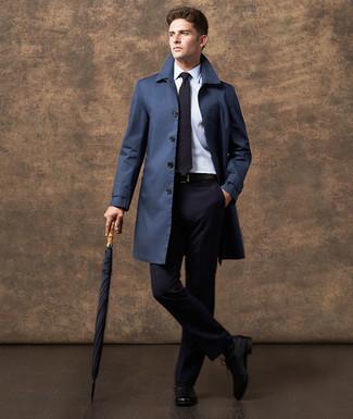 Comment porter: trench bleu marine, costume bleu marine, chemise de ville blanche, chaussures richelieu en cuir noires