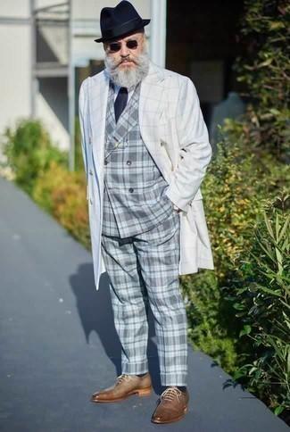 Comment porter un costume écossais gris: Associe un costume écossais gris avec un trench blanc pour un look classique et élégant. Une paire de des chaussures richelieu en cuir marron clair est une option judicieux pour complèter cette tenue.