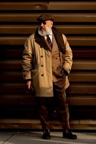 Comment s'habiller après 60 ans: Pense à porter un trench marron clair et un costume marron pour une silhouette classique et raffinée. Tu veux y aller doucement avec les chaussures? Termine ce look avec une paire de bottes de loisirs en daim marron foncé pour la journée.