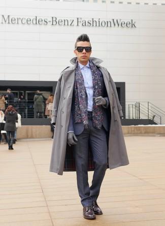 Comment porter: trench gris, costume gris foncé, chemise de ville bleu clair, bottes de loisirs en cuir bordeaux
