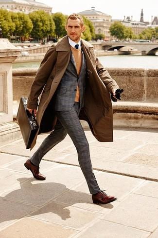 Comment porter: trench marron, costume en laine écossais gris, pull à col rond marron clair, chemise de ville blanche