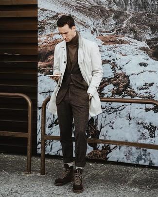 Comment porter: trench blanc, costume en laine marron foncé, pull à col roulé marron foncé, bottes de loisirs en daim marron foncé