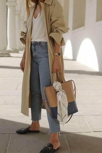 Comment porter: trench marron clair, débardeur blanc, jean bleu clair, slippers en cuir noirs