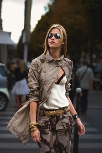 Comment porter un débardeur blanc: Associe un débardeur blanc avec un pantalon cargo camouflage marron pour une impression décontractée.