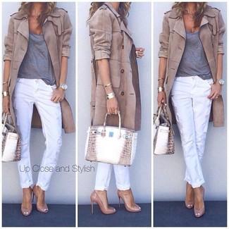 Un trench et un pantalon slim blanc sont un choix de tenue idéale à avoir dans ton arsenal. Cet ensemble est parfait avec une paire de des escarpins en cuir bruns clairs.