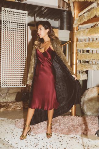 Comment porter un trench avec une robe nuisette: Marie un trench avec une robe nuisette pour se sentir en toute confiance et être à la mode. Une paire de des sandales à talons en cuir dorées est une option parfait pour complèter cette tenue.