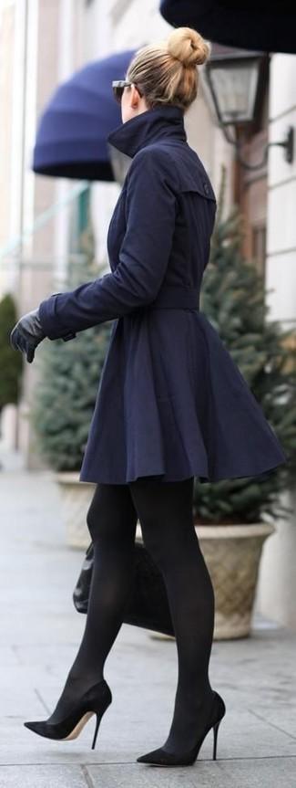Comment porter: trench bleu marine, escarpins en daim noirs, cartable en cuir matelassé noir, gants en cuir noirs