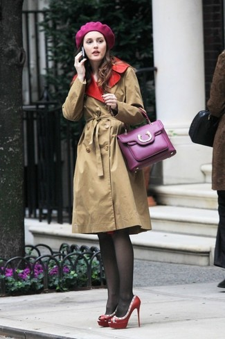 Comment porter: trench marron clair, escarpins en cuir à clous rouges, cartable en cuir pourpre, béret pourpre