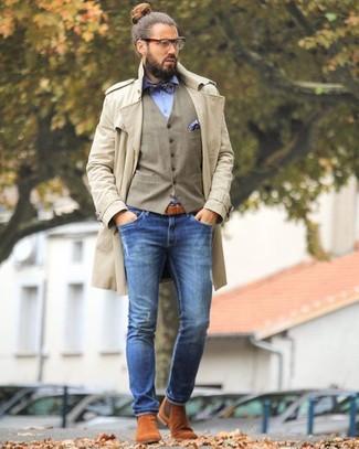 Comment porter: trench beige, gilet marron clair, chemise de ville bleu clair, jean skinny bleu