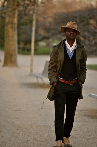 Comment porter: trench olive, gilet marron foncé, chemise en jean bleue, pantalon chino noir