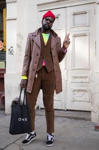 Comment porter un pantalon chino marron: Harmonise un trench en cuir marron avec un pantalon chino marron pour créer un look chic et décontracté. Une paire de des baskets basses en toile noires et blanches apportera un joli contraste avec le reste du look.