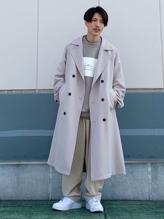 Comment porter un sweat-shirt imprimé gris: Essaie d'harmoniser un sweat-shirt imprimé gris avec un pantalon chino beige pour une tenue idéale le week-end. Assortis ce look avec une paire de baskets basses en cuir blanches.