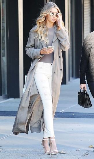 Comment porter: trench gris, t-shirt à col rond gris, jean skinny déchiré blanc, sandales à talons en cuir blanches