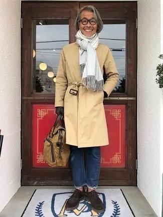 Comment porter une serviette en toile marron clair: Essaie d'associer un trench marron clair avec une serviette en toile marron clair pour une tenue relax mais stylée. Une paire de des chaussures derby en daim marron foncé ajoutera de l'élégance à un look simple.