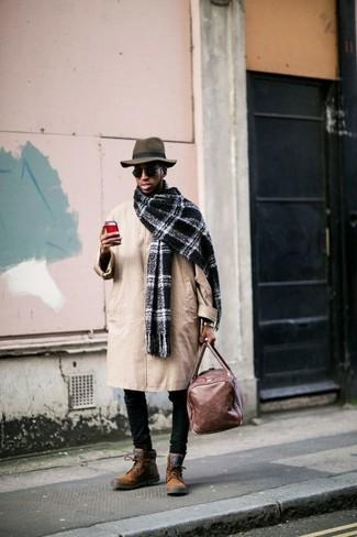 Comment porter: trench marron clair, jean skinny noir, bottes de loisirs en daim tabac, fourre-tout en cuir marron