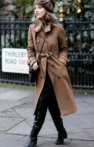 Comment porter: trench marron, jean skinny noir, cuissardes en cuir noires, sac bandoulière en cuir noir