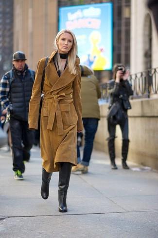 Comment porter une écharpe en soie noire: Associe un trench en daim marron avec une écharpe en soie noire pour créer un look génial et idéal le week-end. Habille ta tenue avec une paire de des bottes hauteur genou en cuir noires.