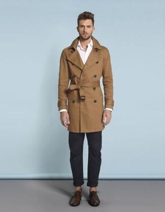 Comment porter: trench marron, chemise à manches longues blanche, pantalon chino bleu marine, chaussures richelieu en cuir marron foncé