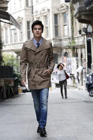 Comment porter: trench marron, chemise de ville en chambray bleu clair, jean bleu, double monks en cuir noirs