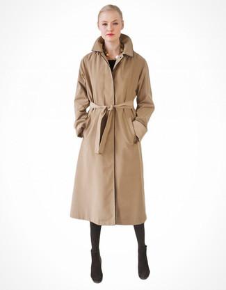 Pense à porter un trench brun clair pour un look idéal au travail. Une paire de des bottines en daim noires est une option génial pour complèter cette tenue.