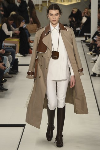 Comment porter: trench marron clair, chemise de ville blanche, pantalon slim blanc, bottes hauteur genou en cuir marron foncé