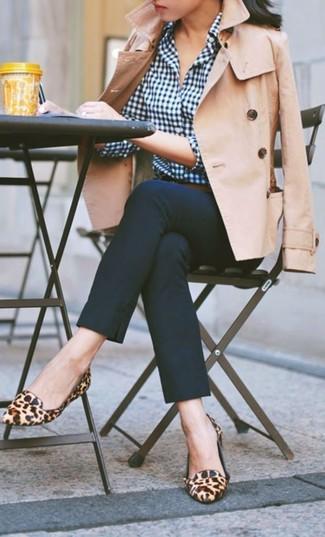 Essaie d'harmoniser un trench avec un pantalon slim bleu marine si tu recherches un look stylé et soigné. Assortis ce look avec une paire de des slippers en daim imprimés léopard bruns clairs.