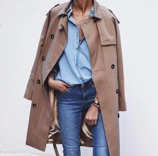 Pour créer une tenue idéale pour un déjeuner entre amis le week-end, pense à marier un trench brun clair avec un jean bleu.