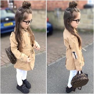 Comment porter: trench marron clair, jean blanc, baskets noires, sac à dos marron foncé