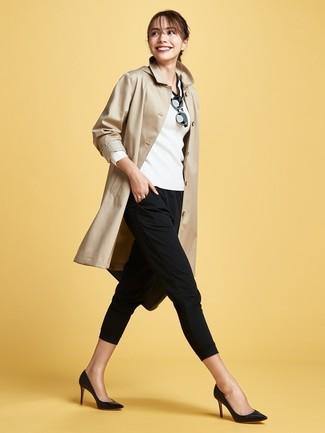 Comment porter: trench marron clair, pull à col en v blanc et noir, pantalon slim noir, escarpins en cuir noirs