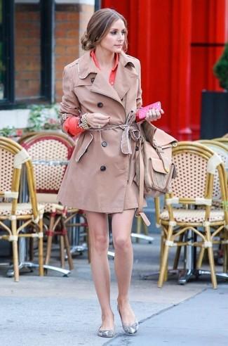 Comment porter: trench marron clair, robe chemise orange, ballerines en cuir imprimées serpent grises, sac à dos en cuir marron clair