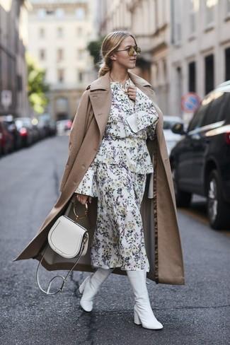 Comment porter: trench marron clair, robe midi à fleurs blanche, bottes mi-mollet en cuir blanches, sac bandoulière en cuir blanc