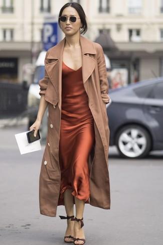 Comment porter: trench marron clair, robe nuisette en soie orange, sandales à talons en daim marron foncé, lunettes de soleil noires