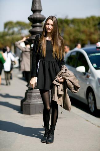 Marie un trench avec une robe patineuse noire pour une tenue raffinée mais idéale le week-end. D'une humeur créatrice? Assortis ta tenue avec une paire de des bottines plates à lacets en cuir noires.