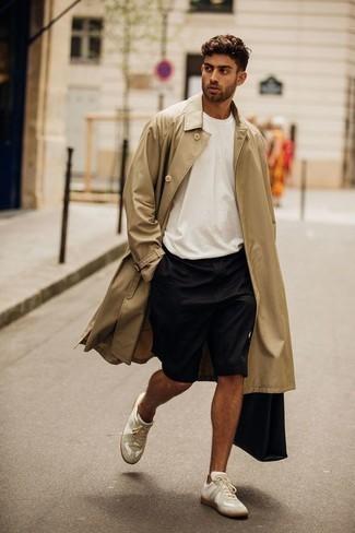 Tendances mode hommes: Marie un trench marron clair avec un short noir pour un look idéal au travail. Jouez la carte décontractée pour les chaussures et termine ce look avec une paire de des baskets basses en toile blanches.