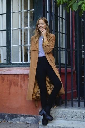 Ce combo d'un trench brun clair et d'un jean skinny noir te permettra de garder un style propre et simple en dehors des horaires de bureau. Assortis ce look avec une paire de des bottines en daim noires.