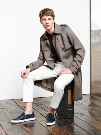 Comment porter: trench marron, polo imprimé bleu marine, pantalon de costume blanc, baskets à enfiler en cuir bleu marine