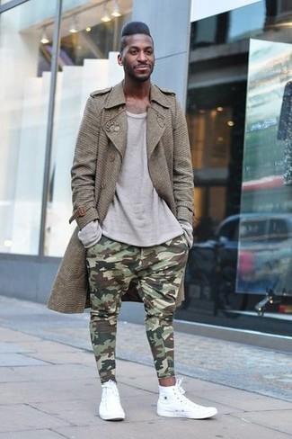 Comment porter: trench marron, t-shirt à manche longue gris, pantalon de jogging camouflage olive, baskets montantes blanches
