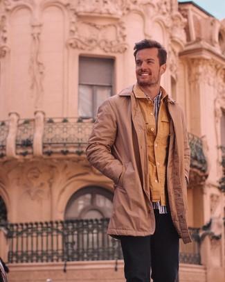 Comment porter: trench marron, veste-chemise marron clair, chemise à manches longues à rayures verticales blanc et bleu, pantalon chino noir