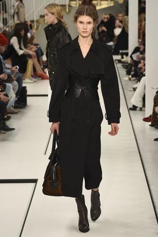 Comment porter: trench noir, bottines en cuir marron foncé, grand sac en cuir marron foncé, ceinture serre-taille en cuir noire