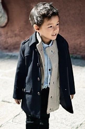 Comment porter: trench noir, cardigan gris, chemise à manches longues bleu clair, jean noir