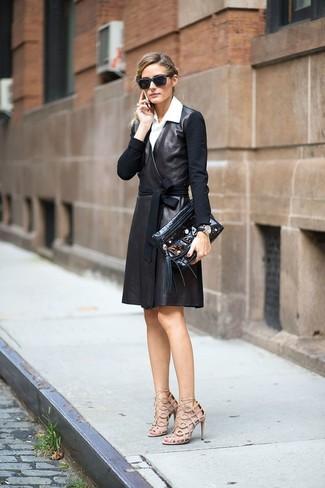 Essaie d'harmoniser un trench en cuir noir avec une pochette en cuir ornée noire femmes Fendi pour un ensemble de bureau stylé. Cette tenue se complète parfaitement avec une paire de des sandales à talons en cuir beiges.