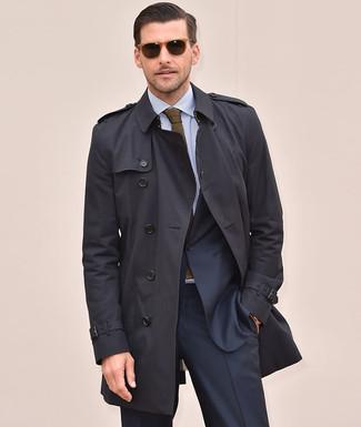 Comment porter: trench noir, costume bleu marine, chemise de ville à rayures verticales bleu clair, cravate en tricot olive