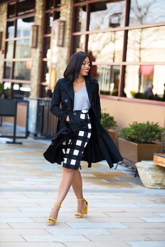 Comment porter: trench noir, débardeur en soie gris, jupe crayon à carreaux blanche et noire, sandales à talons en cuir jaunes