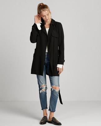 Comment porter: trench noir, pull à col rond blanc, jean déchiré bleu, slippers en cuir à clous noirs