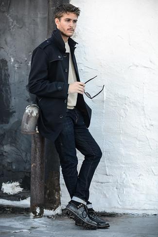 Comment porter: trench noir, pull à col rond gris, jean skinny bleu marine, bottes de loisirs en cuir noires