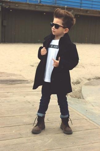 Comment porter: trench noir, t-shirt blanc, jean bleu marine, bottes marron foncé