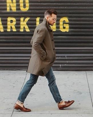 Comment porter: trench olive, jean bleu, mocassins à pampilles en cuir marron