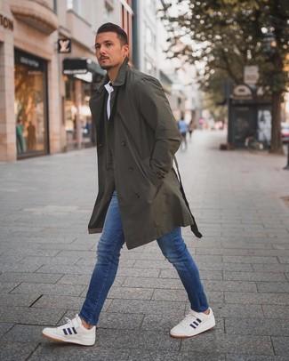 Comment porter: trench olive, polo blanc, jean skinny bleu, baskets basses blanc et bleu marine